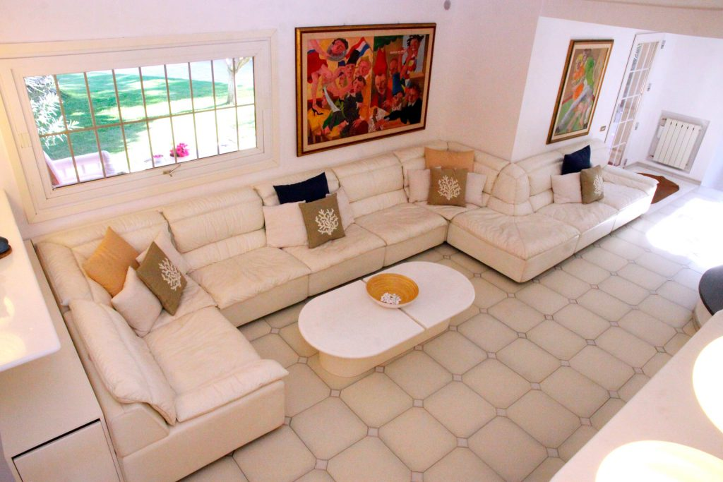 living room with direct access to the pool, the garden and the tennis court