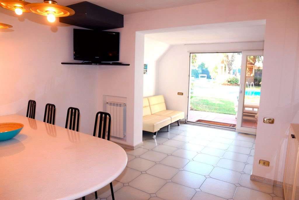 dining area with direct access to the pool, the garden and the tennis court